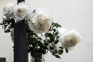 GALERIE LA MARRAINE, MUSÉE DU LUXEMBOURG, Paris – Exposition 'Après Fantin-Latour'- Reproduction florale inspirée du peintre Henri Fantin Latour. artiste upcycling.