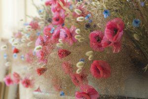 Hôtel de Ville de Paris, septembre 2018. Les fleurs messagères, floraison d'art de la pollution plastique, investissent les salons privés de l'Hotel de Ville de Paris et se mettent en scène dans un décor champêtre. artiste upcycling.
