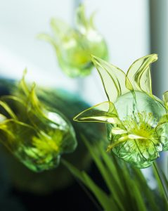 Création de tulipes « Pet plastic bottle ». Artiste upcycling.