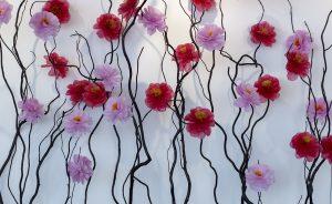 William Amor, upcycling artiste, Groupe-Pochet-Puzzle Party, octobre 2019. Création de trois installations florales à l'hôtel Fairmont de Monaco, «Camélias messagers». Camélias confectionnés à partir de sacs plastiques, cordages marins et filets de pêche.