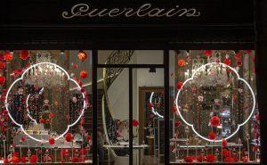 William Amor, upcycling artist, création florale pour le lancement du parfum Mon Guerlain, Bloom of Rose, mars 2020. Vitrines de la boutique Guerlain du 68, Champs-Elysées.