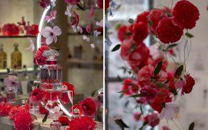 William Amor, upcycling artist, création florale pour le lancement du parfum Mon Guerlain, Bloom of Rose, mars 2020. Vitrines de la boutique Guerlain du 68, Champs-Elysées. Ces matériaux s'épanouissent en fleurs dans des camaïeux de rouge intense et rose pastel.
