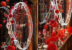 William Amor, upcycling artist, création florale pour le lancement du parfum Mon Guerlain, Bloom of Rose, mars 2020. Vitrines de la boutique Guerlain du 68, Champs-Elysées.  La poésie de l'installation s'enchérit par une pluie de pétales de rose aux rendus cristallins et aux tonalités poudrées qui scintillent et jouent avec la lumière.